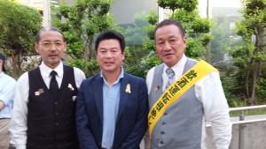 宇都宮カクテル倶楽部 上杉代表幹事 様(左) 佐藤宇都宮市長 様(中央)