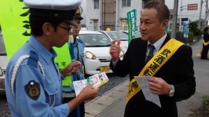 警察官の方に 飲酒運転根絶の受け皿としての代行業の、現状を聞いていただいてる、 支部長。