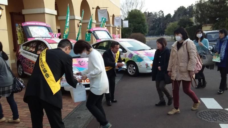 協会栃木県支部の皆さんが、来場者の方々に飲酒運転根絶に向けてチラシを配布