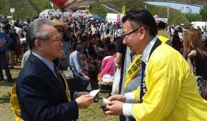 会長(左)     餃子会 鈴木事務局長 様(右)